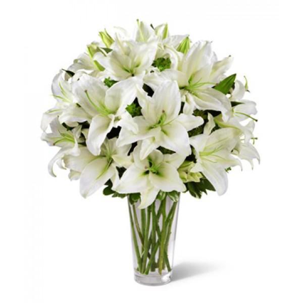 25 белых лилий в вазе